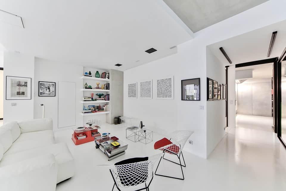 Minimalista, dominánsan fehér otthon.