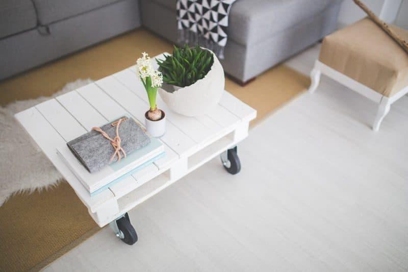 minimalista lakberendezést, fehér raklap dohányzóasztal
